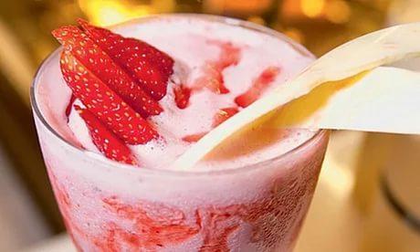 Попробуйте коктейль с мороженым и молоком с медом в блендере