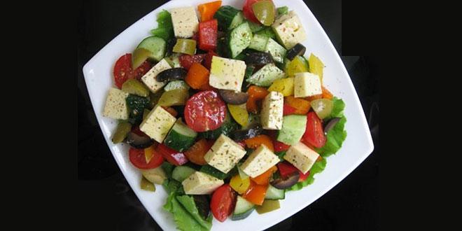 классический рецепт греческого салата, с фетаксой,сухариками